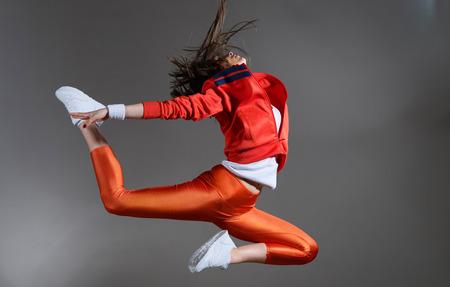 モダンなヒップホップ スタイル 10 代の少女ジャンプ 写真素材