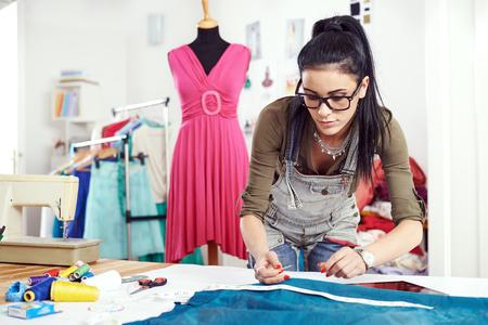 Projektant rysujący na materiale tekstylnym