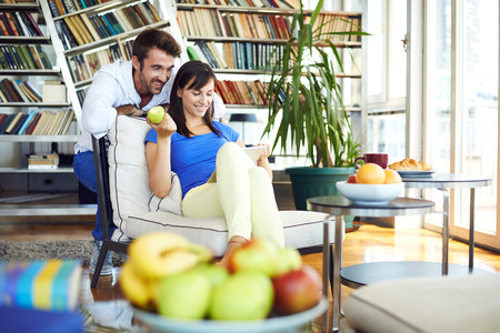 pareja en casa: Joven pareja en websurfing casa en internet Foto de archivo