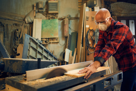 Carpenter au travail dans son atelier