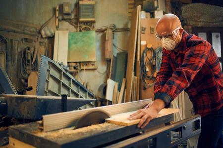 carpintero: Carpintero en el trabajo en su taller