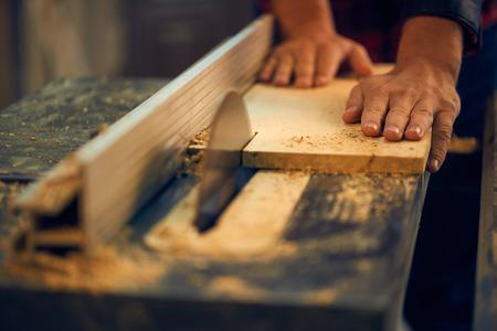 Carpenter Schneiden von Holz auf Kreissäge Standard-Bild