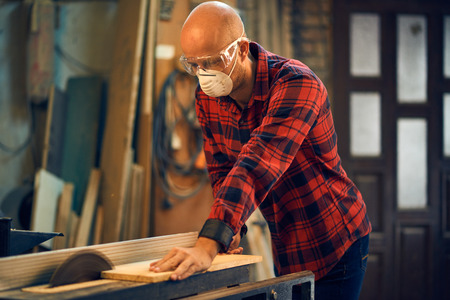 Timmerman op het werk in zijn atelier