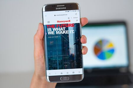 Barcelona / Spain 06 10 2019: Honeywell web site on mobile phone screen. Mobile version of Honeywell company web page on smartphone. Official web page of Honeywell 報道画像