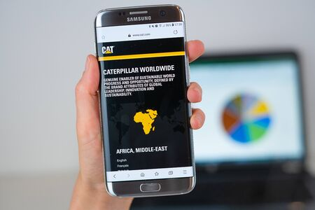 Barcelona / Spain 06 10 2019: Caterpillar web site on mobile phone screen. Mobile version of Cat company web page on smartphone. Official web page of C.terpillar 報道画像