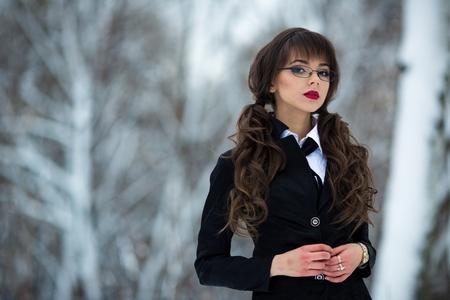 uniformes: La bella profesora, estudiante, profesor, colegiala, mujer con un traje y una falda a cuadros, el uso de gafas también mira hacia adelante es un orgullo y es segura de sí misma