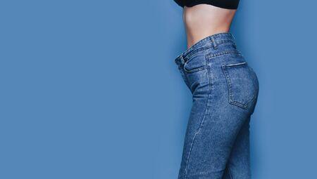 corps de femme maigre avec des jeans pantalons en vrac, corps léger avec des vêtements amples, corps mince et sain concept faible en gras.