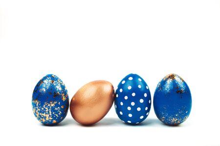 uova di Pasqua blu in piedi isolato su bianco.