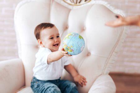 Little boy with a globe Banque d'images - 150442224