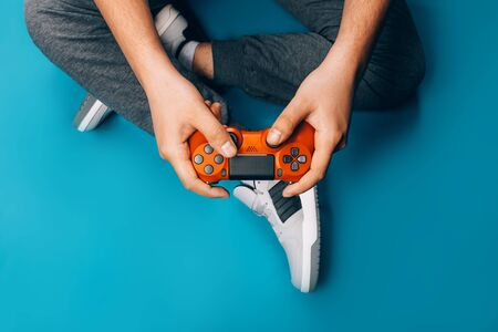 Young guy plays video games Foto de archivo