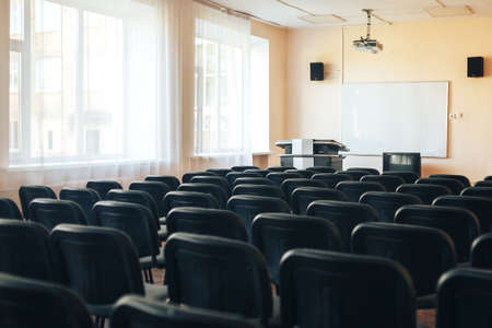 Empty school assembly hall for meetings and presentations, school education. Banque d'images