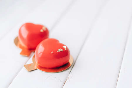 Red heart-shaped cake. Gift for Valentine's Day and Women's Day. Banque d'images