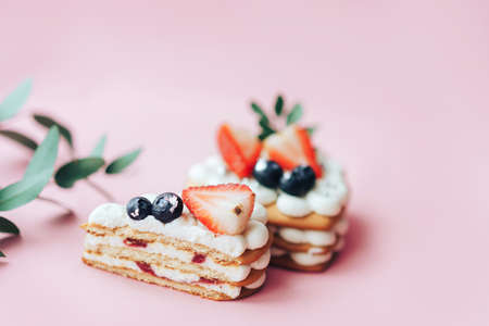 Delicious sweet flaky snack with berries on top. A sweet snack for any holiday. Holiday gift. Banque d'images