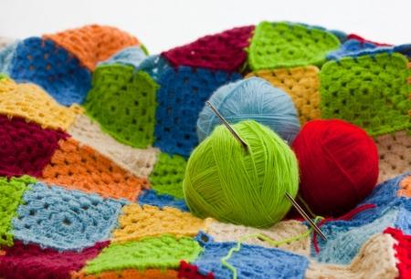 코바늘로 뜨개질의 여러 가지 빛깔의 체크 무늬 사각형 스톡 콘텐츠