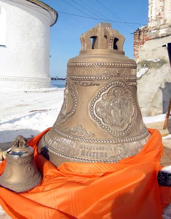 arrepentimiento: Bells se instalarán en el campanario del monasterio Foto de archivo