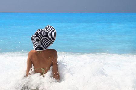 Pretty blonde Frau genie�en das Ionische Meer in Griechenland