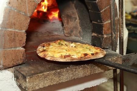 Gourmet Pizza komende van hout gestookte oven in Pizza restaurant