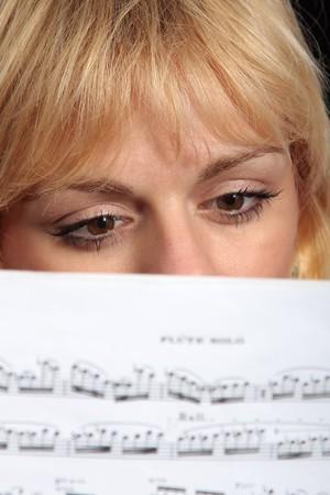 partition musique: Femme lisant une musique