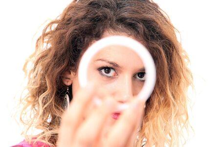 wild hair: Closeup ritratto di una giovane donna felice con capelli selvatici sorridente isolata su sfondo bianco