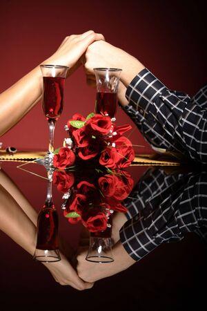 dattes: Fermeture du jeune couple � la table de restaurant contenant des mains  Banque d'images