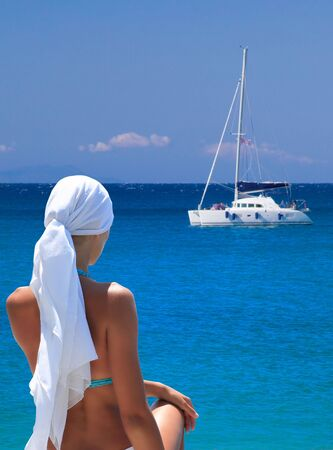 Beautiful young woman relaxing by the beach in Greece Banque d'images