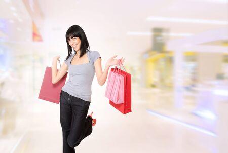 centro comercial: Sexy girl sonriente en el centro comercial de compras.