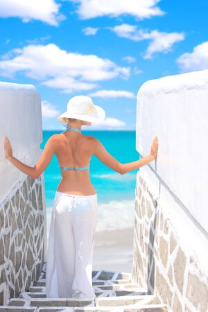 Sch�ne junge Frau entspannenden am Strand in Griechenland