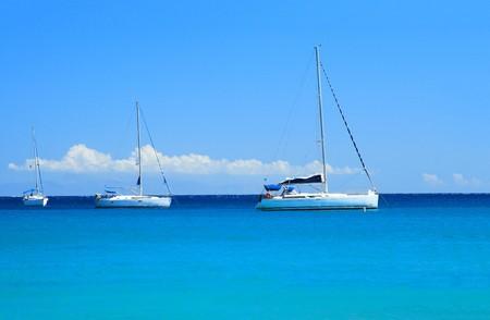 mares: Barcos de vela en el mar Egeo  Foto de archivo