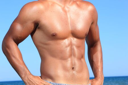 sexy Caucasian passen Mann posiert in einem Strand