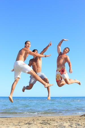 Drei junge Männer Relaxing On the Beach