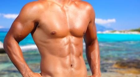 hombres sin camisa: sexy cauc�sico encajar a hombre posando en una playa  Foto de archivo