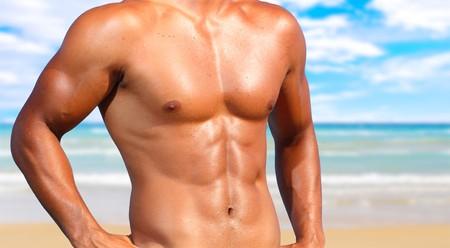 abdomen fitness: sexy cauc�sico encajar a hombre posando en una playa  Foto de archivo