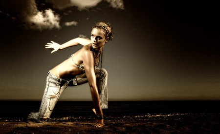 Sch�ne junge sexy Mode-Modell in Jeans by the Sea in Griechenland