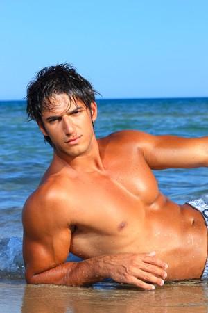 sexy Caucasian passen Mann posing in einem Strand in Griechenland