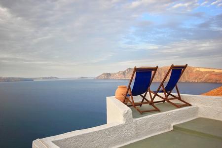 Sunbeds on Santorini's roofs at sunrise Banque d'images