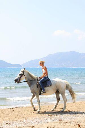 caballo de mar: Mujer joven montaba a caballo en el mar en Grecia