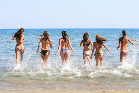 Group of Six Attraktive M�dchen l�uft in das Meer in Griechenland Lizenzfreie Bilder