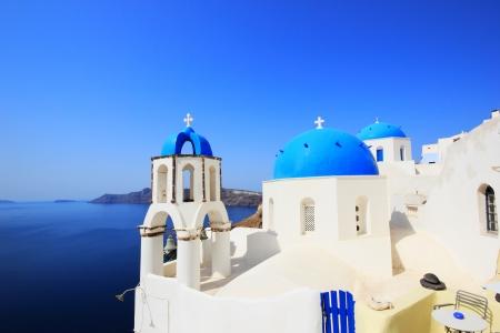 Traditionelle griechische weiße Kirche im Dorf Oia der Kykladen Insel Santorini Griechenland