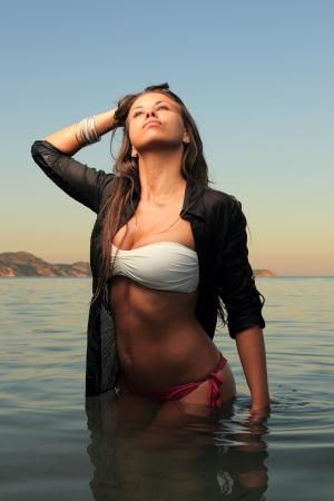 ni�as en bikini: Chica en una playa tropical en la noche