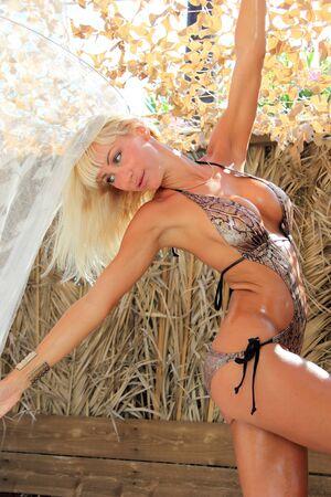 beach babe: Donna prende il sole in bikini in localit� tropicali viaggio. Bella giovane donna sdraiata sul lettino Archivio Fotografico