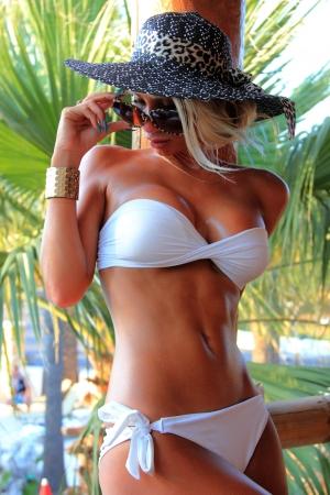 Jung und sexy Bikini-Modell in tropischer Umgebung