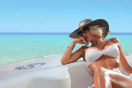 Sexy woman with hat on a luxury yach Banque d'images
