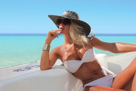 Sexy Frau mit Hut auf einem Luxus-yach