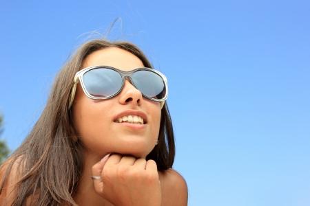 H�bsche Frau mit Sonnenbrille auf am Strand