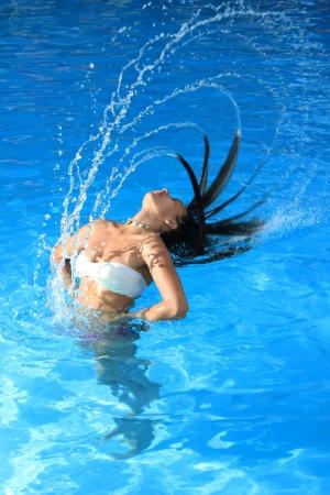 Eine schöne Frau Entspannung im Pool Standard-Bild