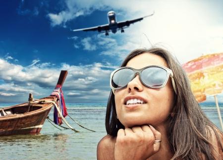 旅遊: 美麗的女人在海灘上。泰國旅遊的概念