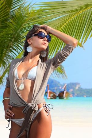 salud sexual: Mujer joven en la playa en el resort tropical