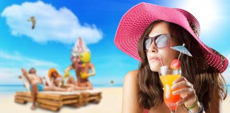 agencia de viajes: mujer joven en el concepto de viaje Playa Foto de archivo