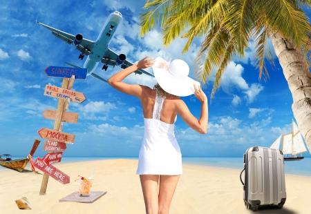 Jeune femme sur le concept de voyage plage
