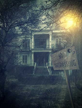 不法侵入の兆候と古い放棄された怖いお化け屋敷